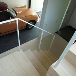 永福町の家 (階段よりガレージを見る)