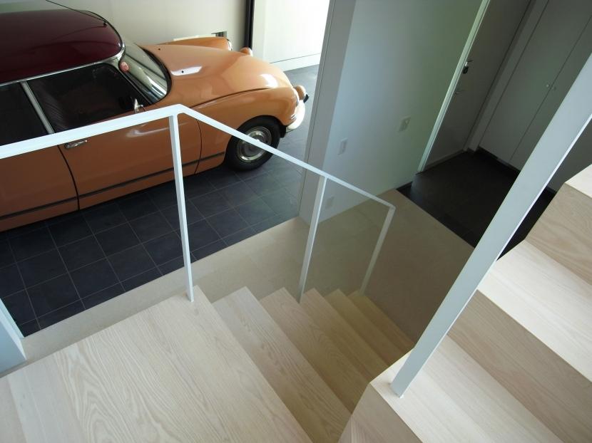 永福町の家の部屋 階段よりガレージを見る