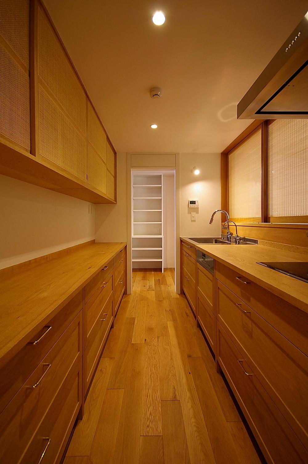 高台に建つ和モダン住宅 (無垢の木でできたキッチン)