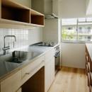 素朴で品格のある団地リノベーションの写真 明るい光の差し込むキッチン