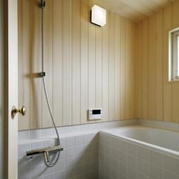木の温もりを感じられるバスルーム