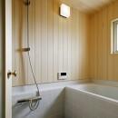 素朴で品格のある団地リノベーションの写真 木の温もりを感じられるバスルーム