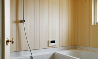 素朴で品格のある団地リノベーション (木の温もりを感じられるバスルーム)