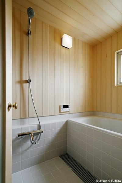 木の温もりを感じられるバスルーム (素朴で品格のある団地リノベーション)