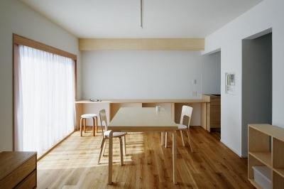 ひるのひかり、よるのあかり (明るめの木の色とオフホワイトで構成されたシンプルなリビングダイニング)