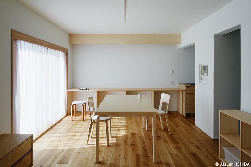 ひるのひかり | よるのあかり (明るめの木の色とオフホワイトで構成されたシンプルなリビングダイニング)