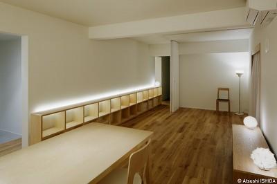 造作家具に組み込まれた間接照明 (ひるのひかり | よるのあかり)