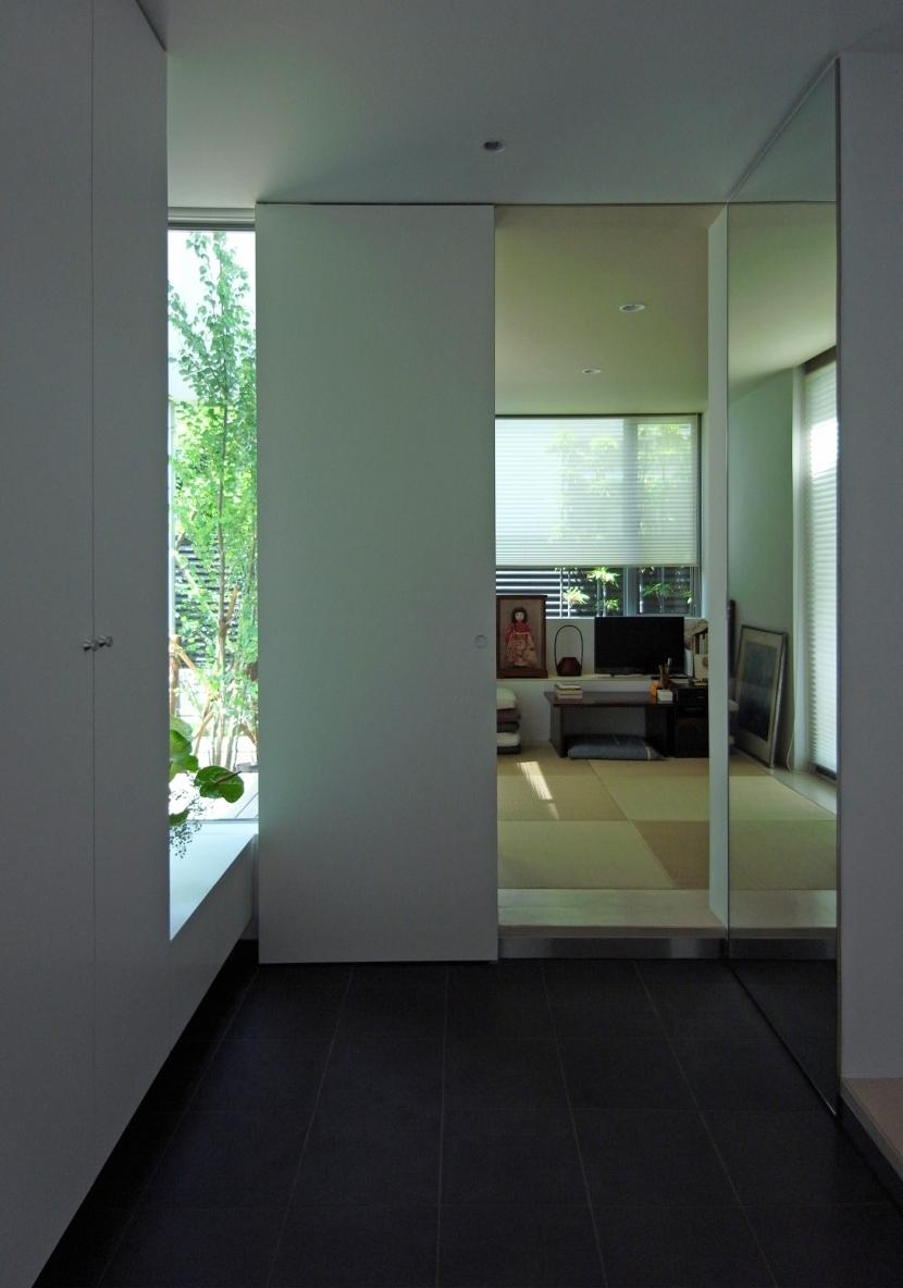 永福町の家の部屋 玄関より和室を見る