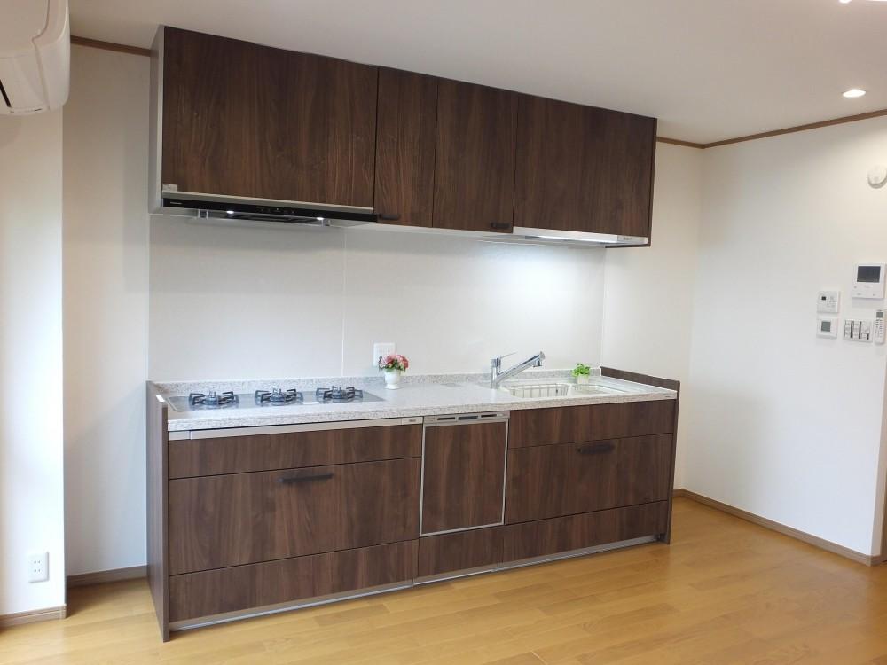 使わなくなった物置を、リビングダイニングキッチンにリフォーム (3口横並びコンロのキッチン Lクラス)