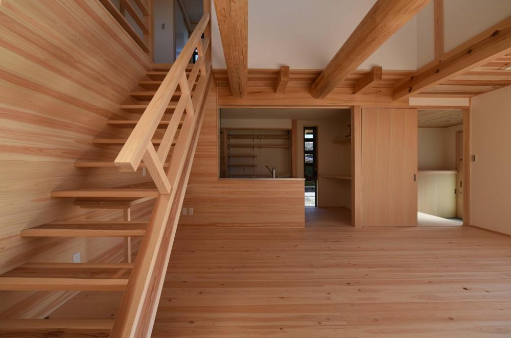 愛知の木組み (リビングからキッチンを見る)