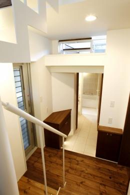 千駄木の家 (玄関_階段から玄関を見る)