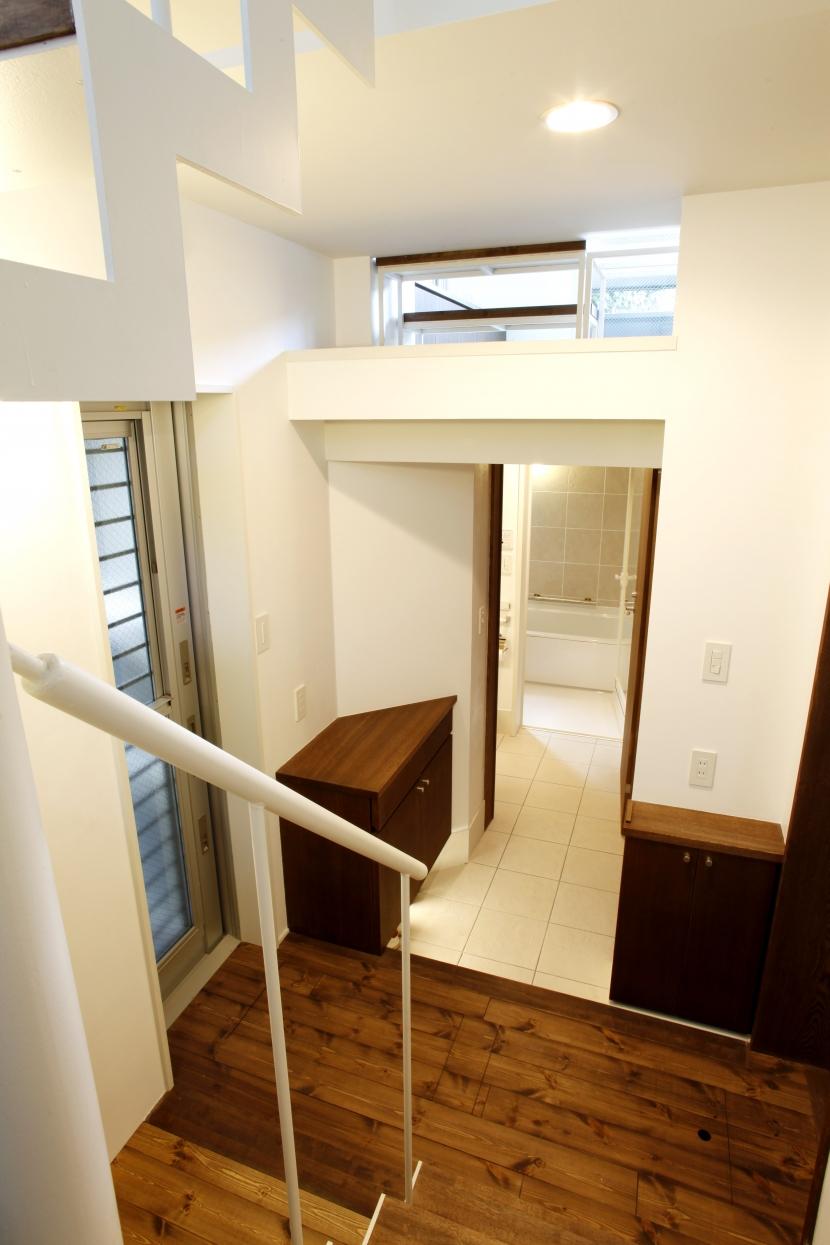 千駄木の家の部屋 玄関_階段から玄関を見る