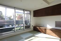 千駄木の家 (2階居間_バルコニー越しに外の緑を見る)