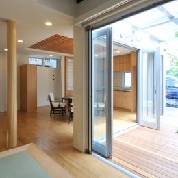 春江町の家(中庭のある二世帯住宅) (1階リビングからサンデッキを見る)