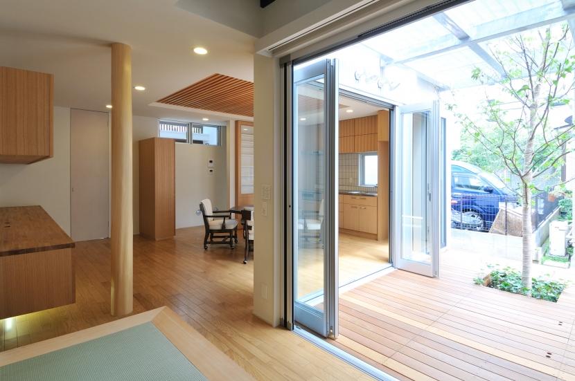 春江町の家(中庭のある二世帯住宅)の部屋 1階リビングからサンデッキを見る