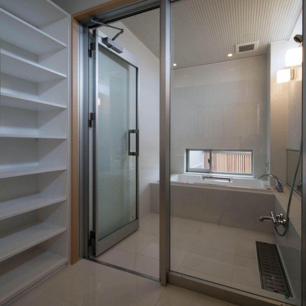 神田の家|自動車修理工場 併用 住宅 (浴室)