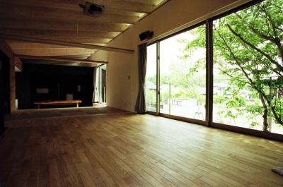塩原の週末の家 (客間越しにダイニングとつながる広々としたリビング)