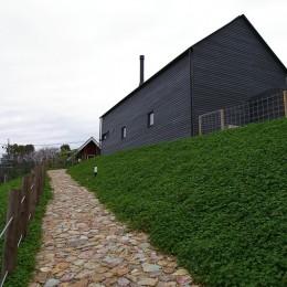 House H (石畳のアプローチ)