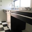 U-chita mihamaの写真 モノトーンの床にシャープなキッチン