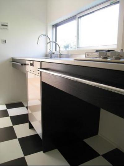 モノトーンの床にシャープなキッチン (U-chita mihama)