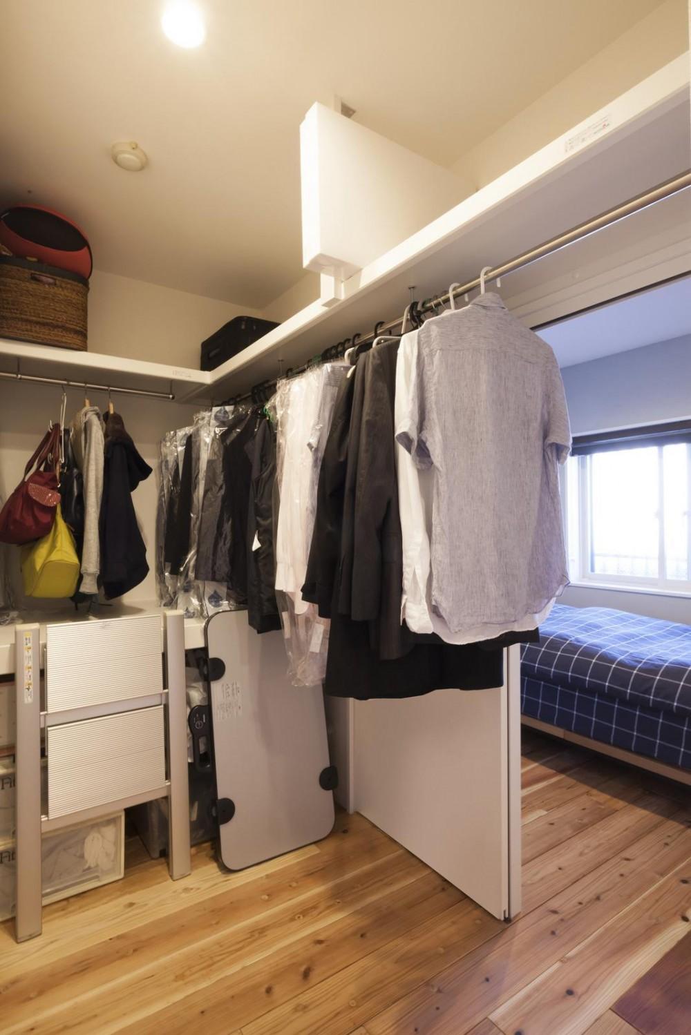 暮らしの楽しみ方を知るご夫婦の理想的なこだわり住まい (寝室とウォークスルークローゼット)
