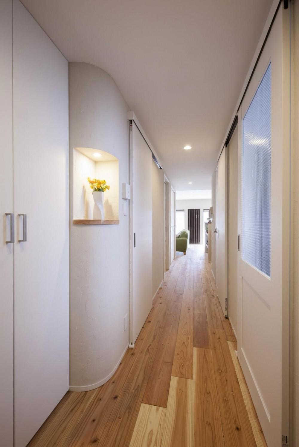 暮らしの楽しみ方を知るご夫婦の理想的なこだわり住まい (廊下)