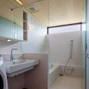 緩斜面の家 [2013]の写真 洗面所とバスルーム