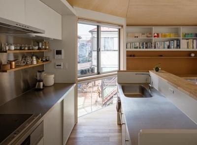 シンプルなキッチン (隅切りの家 [2013])