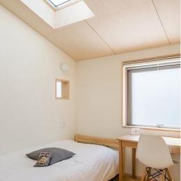 天窓のあるベッドルーム