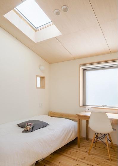 暁の家 [2015]の写真 天窓のあるベッドルーム