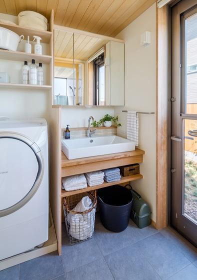 暁の家 [2015]の写真 木を感じる洗面台
