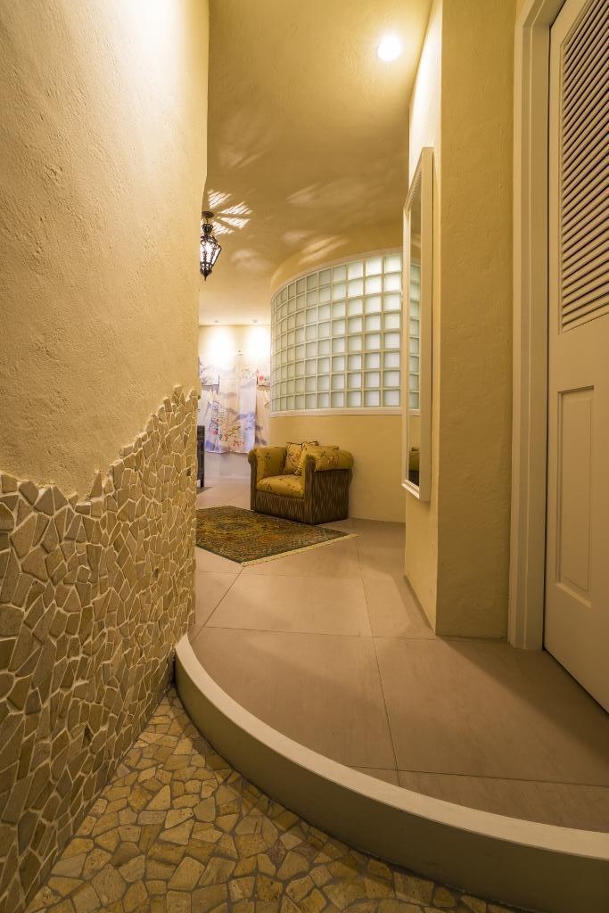 海外の思い出がつまったアーチと曲線をモチーフにした個性的な住まい (玄関)