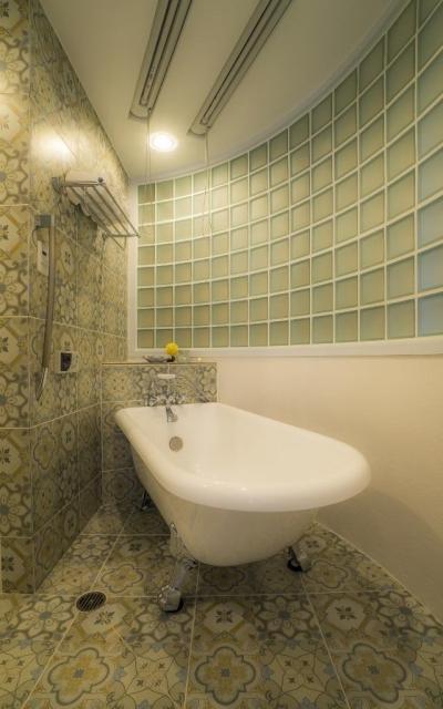 バスルーム (海外の思い出がつまったアーチと曲線をモチーフにした個性的な住まい)