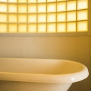 海外の思い出がつまったアーチと曲線をモチーフにした個性的な住まいの写真 バスルーム