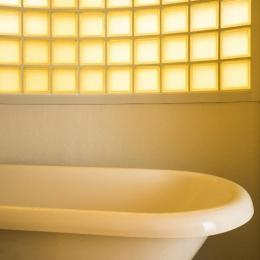 海外の思い出がつまったアーチと曲線をモチーフにした個性的な住まい (バスルーム)