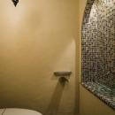 海外の思い出がつまったアーチと曲線をモチーフにした個性的な住まいの写真 トイレ