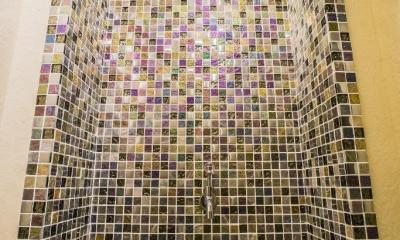 海外の思い出がつまったアーチと曲線をモチーフにした個性的な住まい (トイレ)