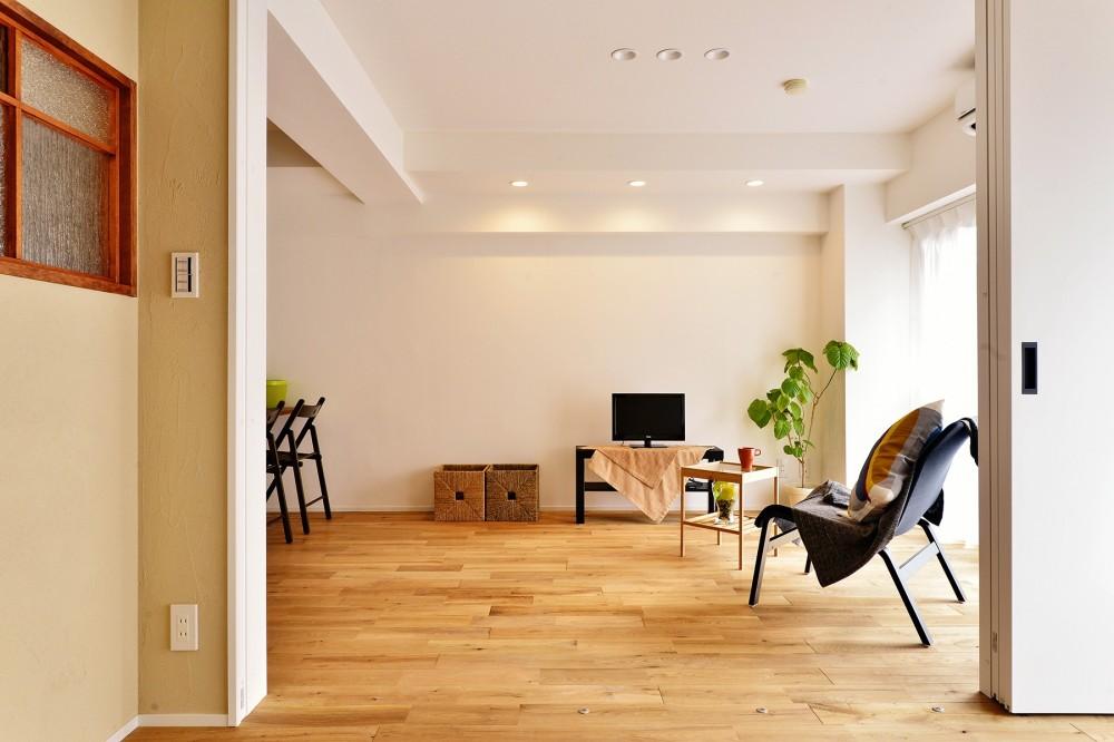 横浜市A様邸 ~利便性のよいマンションでリラックス空間を~ (明るい陽射し差し込むリビング)