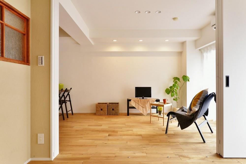 利便性のよいマンションでリラックス空間を (明るい陽射し差し込むリビング)