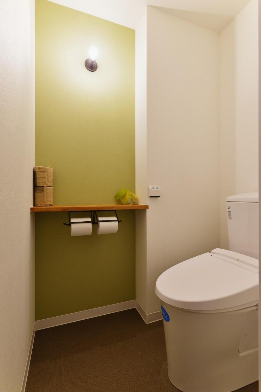 利便性のよいマンションでリラックス空間を (アクセントウォールを使ったトイレ空間)