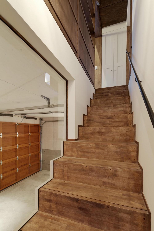 青梅のガレージハウス (階段+ガレージ)