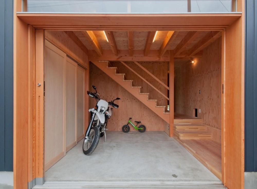 神戸町の家 (バイクも置ける広い玄関)