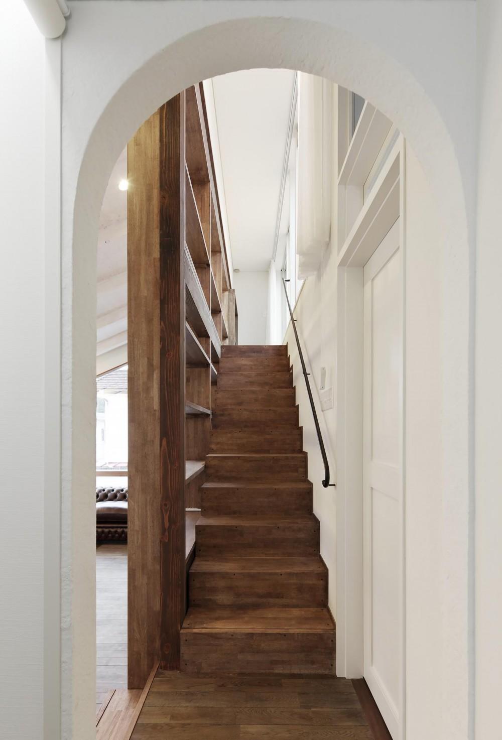 青梅のガレージハウス (階段)
