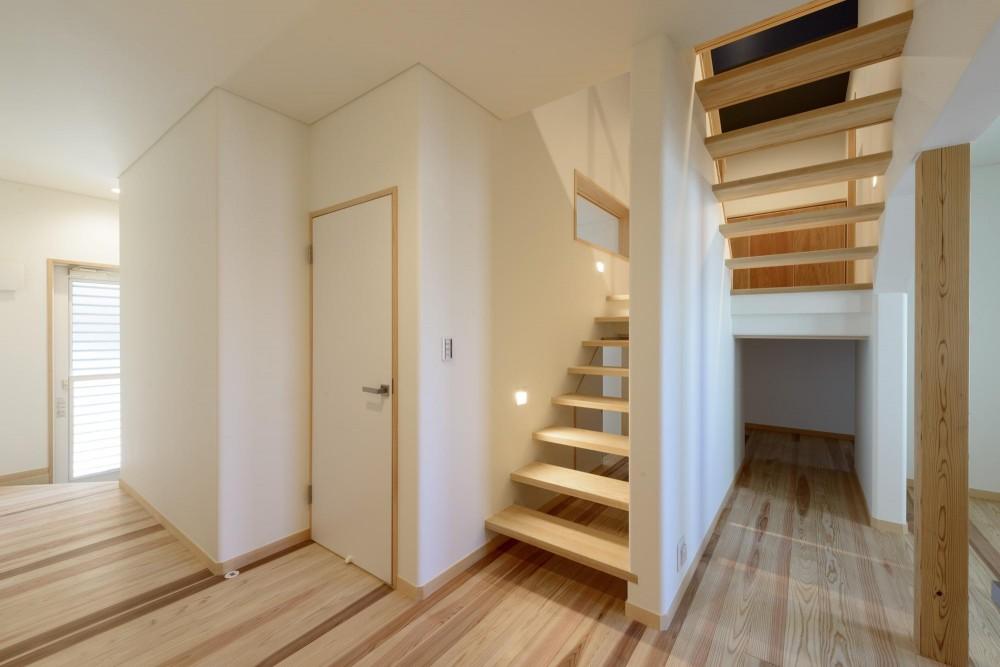 大谷口の省エネ高性能住宅/MATさんのスキップフロアー住宅 (一階ホール)