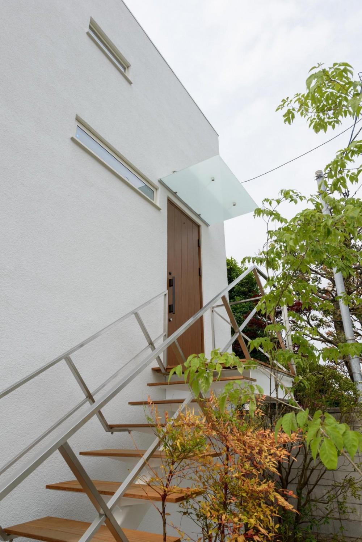 Light Well Box/Hideさんのスキップフロアー住宅 (玄関用の外部鉄骨階段)