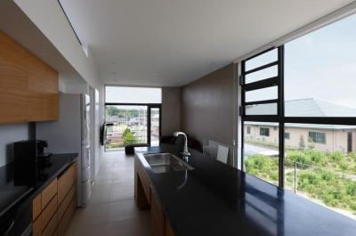 鳴海の家 (キッチンからリビングを眺める)