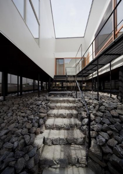 玄関アプローチ階段 (アキシマのいえ)
