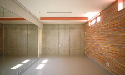 大林の家 (ハイサイドライトと、全面鏡のトレーニングルーム)