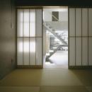 客間・和室ー玄関土間とストリップ階段を見る