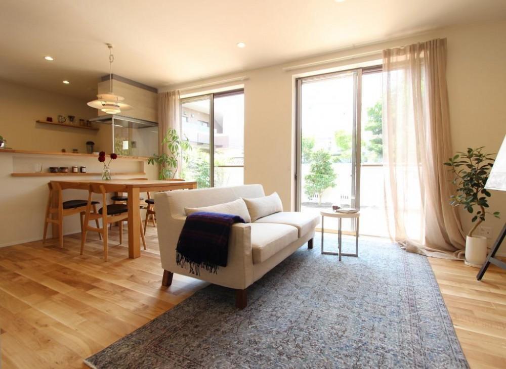 定年後の時間をゆったり暮らす 風通しの良い2人暮らしの家 (開放感のあるリビング)